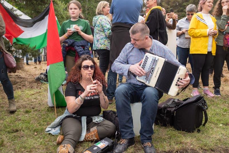 Shannon, Ierland, Juni 5, 2019: Muscians het spelen tijdens het protest tegen het bezoek van Donald Trumps aan Ierland buiten Sha royalty-vrije stock foto's