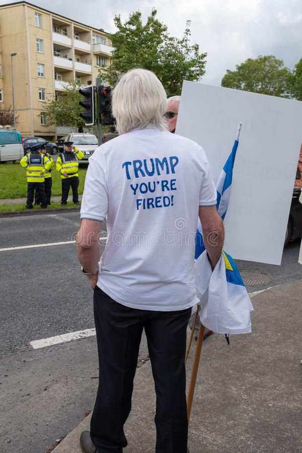 Shannon Irland, Juni 5 2019: Anti--trumf supportrar på Shannon Airport, Irland royaltyfri foto