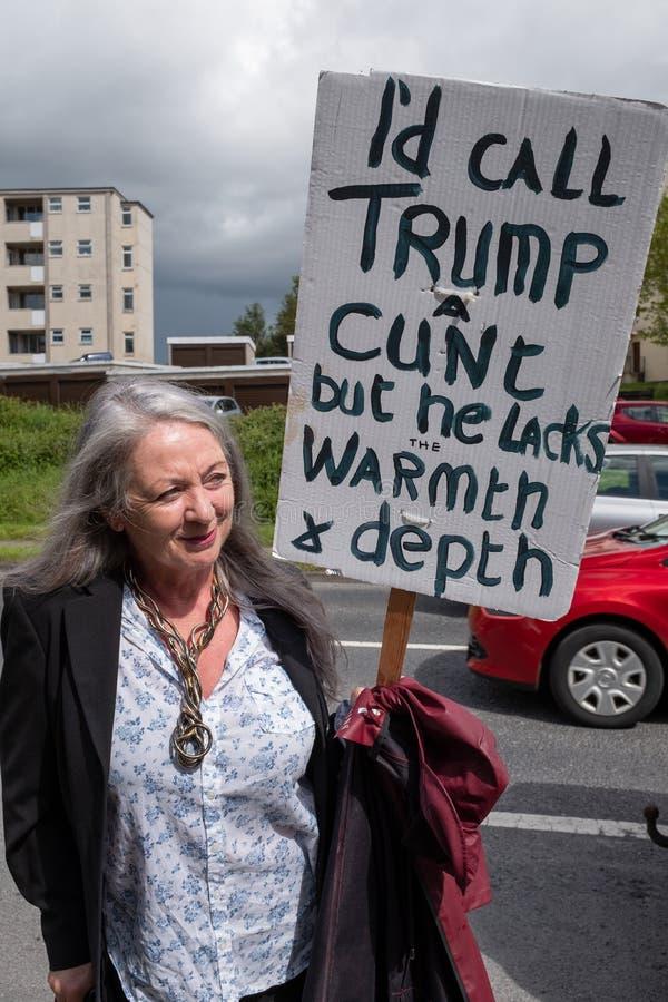Shannon, Irlanda, junho 5, 2019: Anti suporte do trunfo com cartaz em Shannon Airport, Irlanda fotos de stock