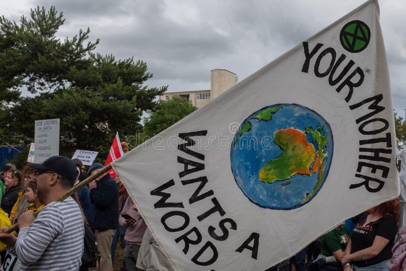 Shannon, Irlanda, junio 5, 2019: Un grupo de protestors con los carteles y de banderas que protestan contra la visita de Donald T fotos de archivo