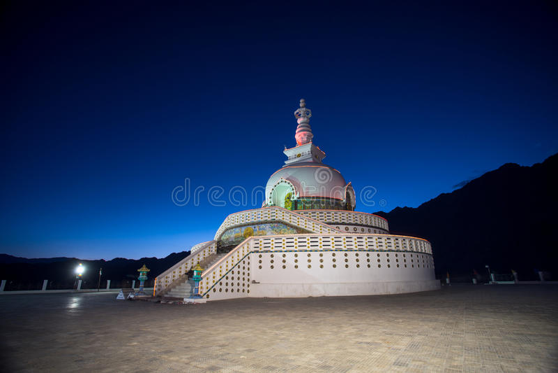 Shanti Stupa è uno stupa bianco-a cupola buddista fotografia stock