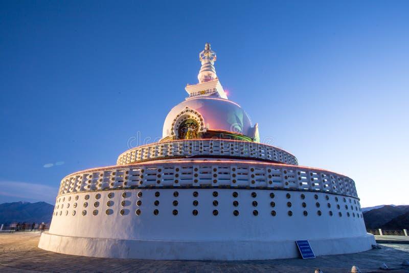 Shanti Stupa é um stupa branco-abobadado budista fotos de stock