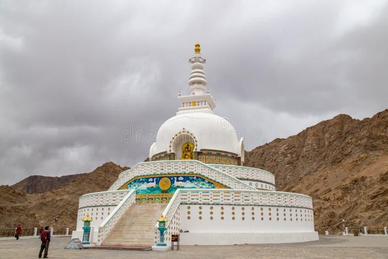 Shanti Stupa is een Boeddhistische wit-overkoepelde stupa chorten royalty-vrije stock fotografie