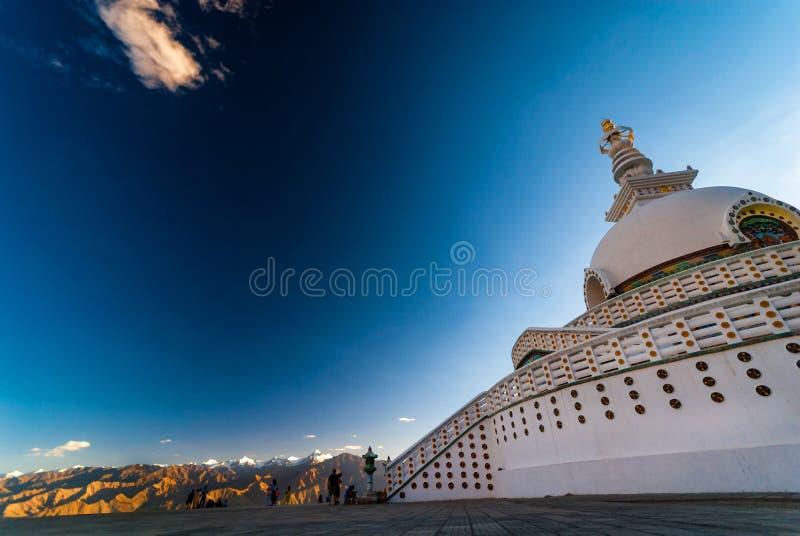 Shanti Stupa igualmente conhecido como o pagode da paz no hiitop de Chanspa, cidade de Leh, foto de stock