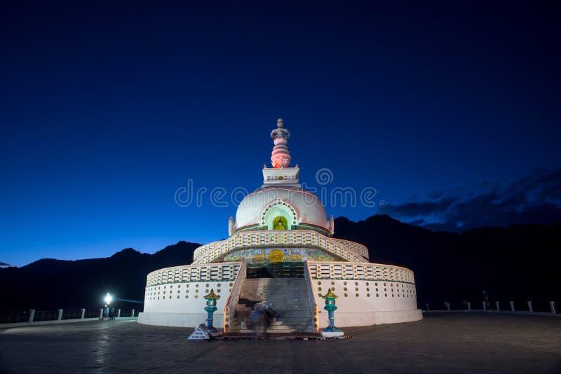 Shanti Stupa ist ein buddhistisches weiß-gewölbtes stupa stockbild