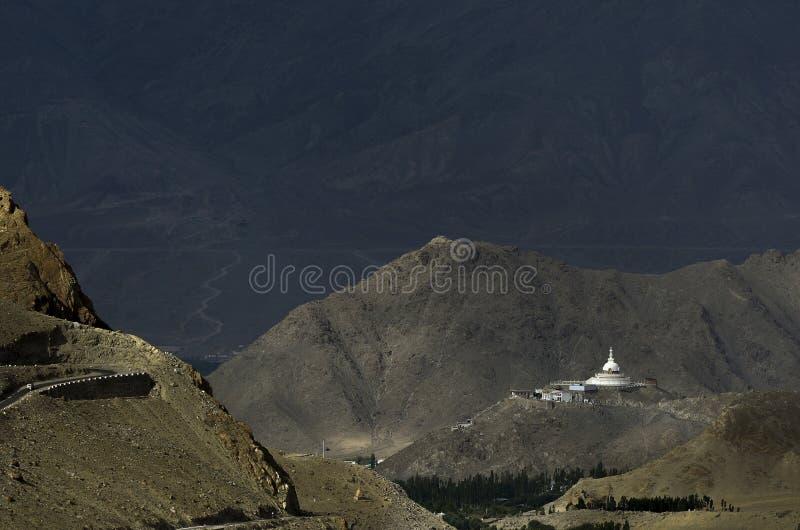 Shanti Stupa lange Schüsse, buddhistisch-weißgekleidete Stupa oder Verkürzungen auf einem Hügel in Chanspa, Bezirk Leh, Ladakh, I stockfotografie