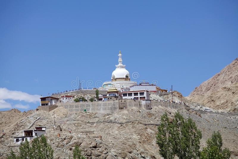 Shanti Stupa in Leh, India immagini stock