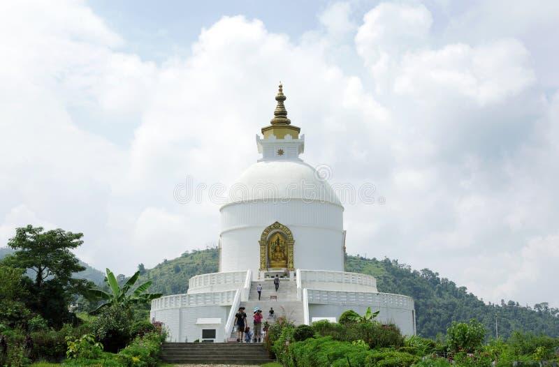 Shanti Stupa op Ananda-heuveltop van Pokhara-vallei royalty-vrije stock foto