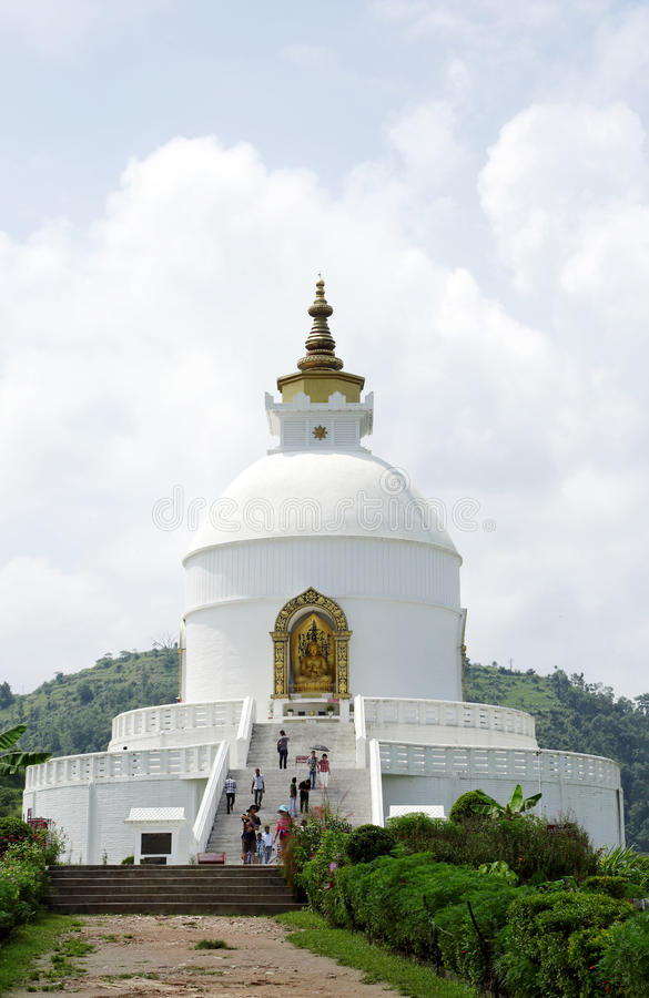 Shanti Stupa op Ananda-heuveltop van Pokhara-vallei stock foto's