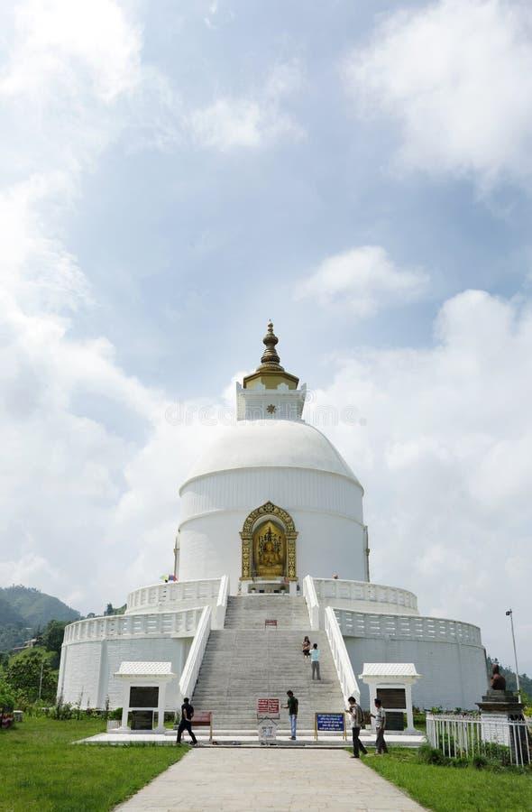 Shanti Stupa op Ananda-heuveltop van Pokhara-vallei stock fotografie