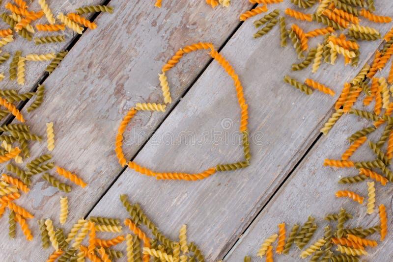 Shape av hjärta från färgrik makaroni arkivbild