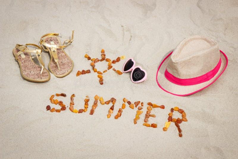 Shape av solen och ordsommar, tillbehör för semester på sand på stranden, solskydd, sommartid arkivfoton