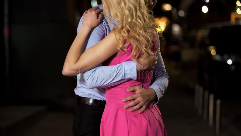 Джентльмен плотно обнимая его shapely даму, горящ с желанием и любовью к ей стоковые изображения