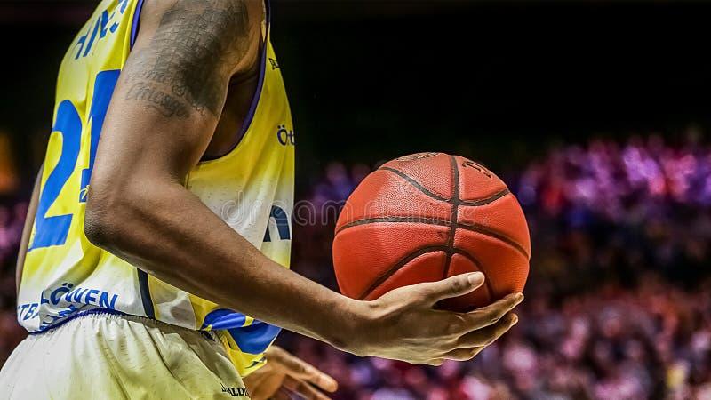 Shaquille Hines tenant la boule officielle de jeu images stock