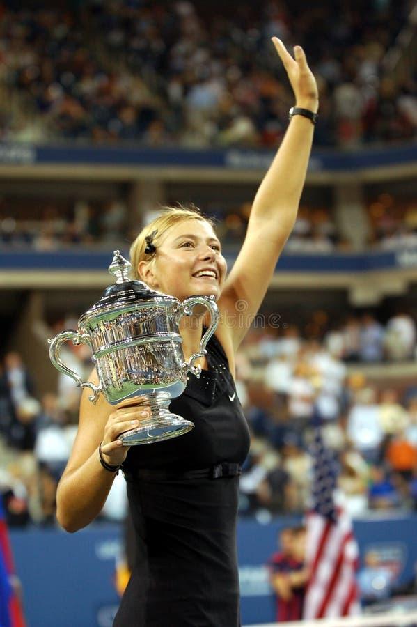 Sharapova met een trofee de V.S. opent 2006 stock foto
