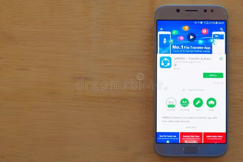 SHAREit - uso del revelador de la transferencia y de la parte en la pantalla de Smartphone imagen de archivo
