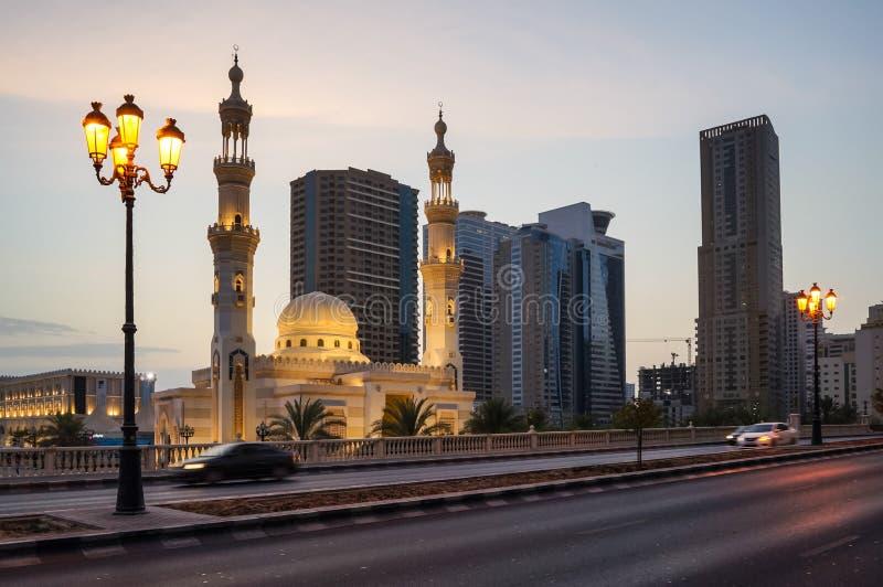 Sharja Verano 2016 Tarde Al Qasba Mosque en el streetscape urbano imagen de archivo