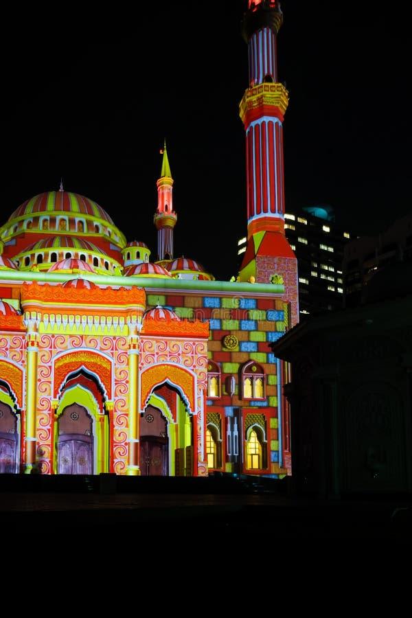 Sharjah tänder festivalen, härlig visad ljus konst på en moské arkivfoto