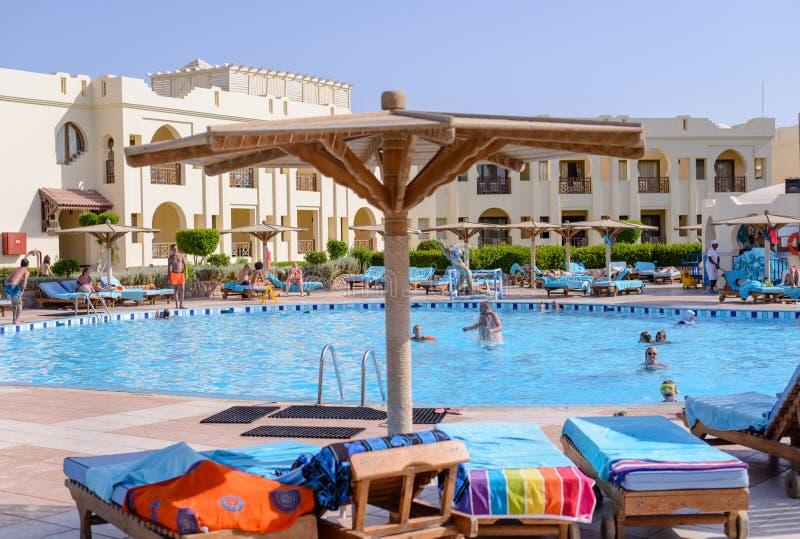Sharm El谢赫,埃及, 2015年7月28日:在一种热带手段的游泳池 免版税库存图片