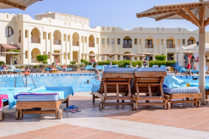 Sharm El谢赫,埃及, 2015年7月28日:在一种热带手段的游泳池 免版税库存照片