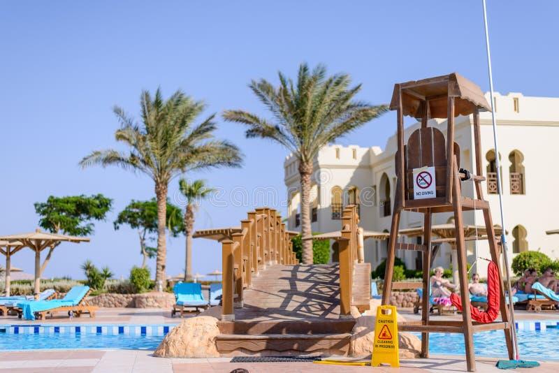 Sharm El谢赫,埃及, 2015年7月28日:在游泳池的救护设备或监视椅子 图库摄影