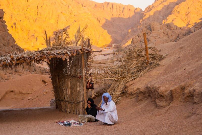 SHARM EL谢赫,埃及- 2009年7月9日 卖物品的流浪和回教妇女对游人在沙漠 免版税库存图片