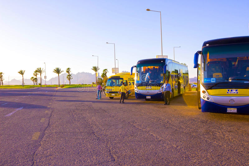 Sharm el Sheikh, Ägypten - 7. April 2017: Der Reisebus durch TEZ-Ausflug-Wartetouristen lizenzfreie stockbilder