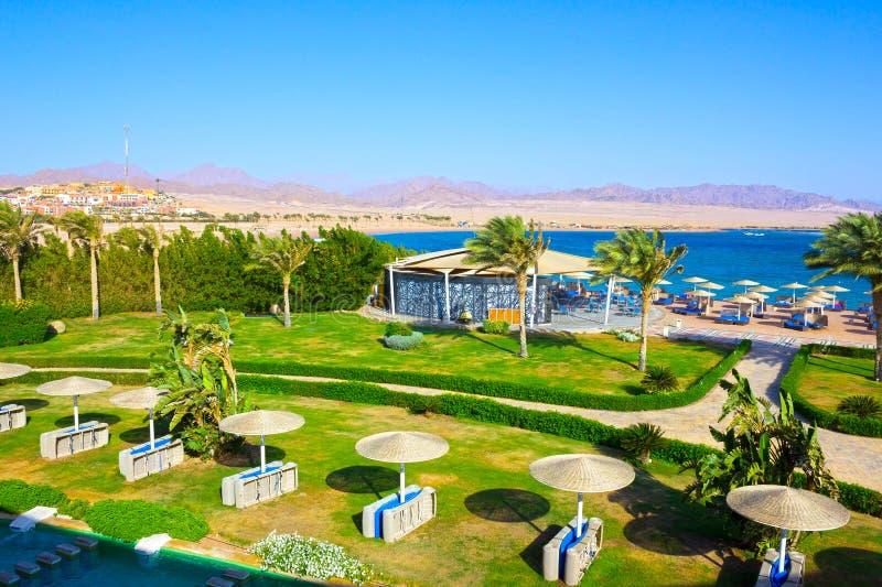 Sharm El Sheikh, Египет - 8-ое апреля 2017: Взгляд роскошной гостиницы Barcelo Tiran Sharm 5 играет главные роли на дне с голубым стоковые изображения