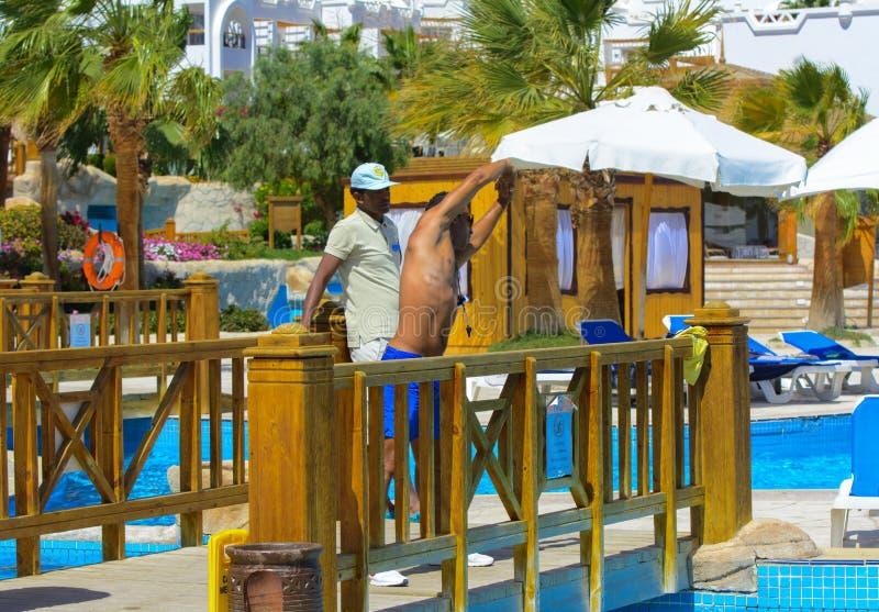 Sharm El-Sheikh, Египет - 14-ое марта 2018 Инструктор фитнеса стоковые фото
