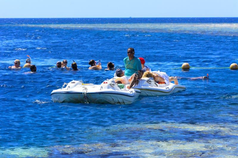 Sharm El-Sheikh, Египет - 14-ое марта, туристы плавает в transpar стоковые фото