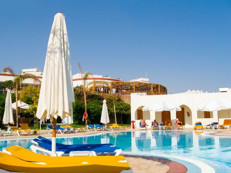 Sharm El Sheikh, Египет - 8-ое ноября 2012: Роскошный славный бассейн гостиницы стоковое изображение rf