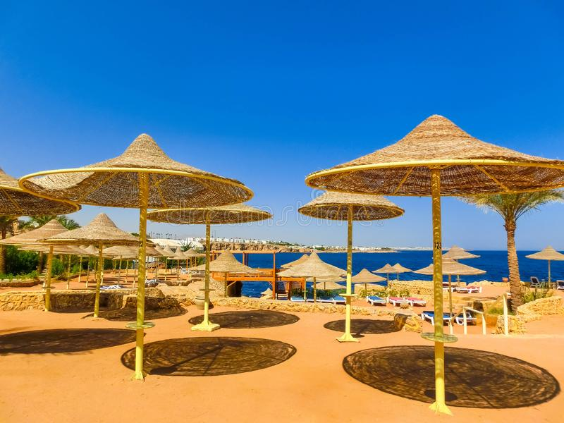 Sharm El Sheikh, Египет - 25-ое сентября 2017: Взгляд роскошной гостиницы мечтает пляжный комплекс Sharm 5 звезд на дне с синью стоковое изображение rf
