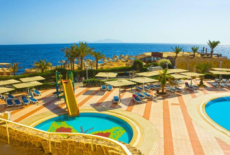 Sharm El Sheikh, Египет - 24-ое сентября 2017: Взгляд роскошной гостиницы мечтает пляжный комплекс Sharm 5 звезд на дне с синью стоковые фотографии rf