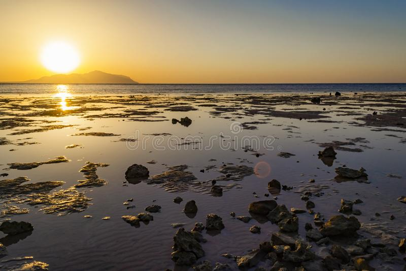 Sharm-el-Sheikh, de l'Egypte de coucher du soleil île finie merveilleuse de Tiran dans, re photographie stock libre de droits