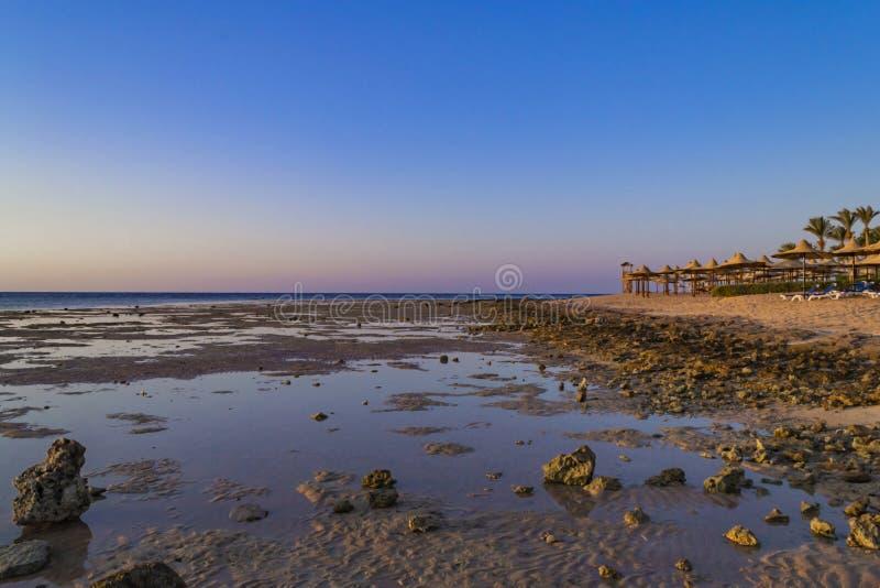 Sharm-el-Sheikh di stupore del fondo, Egitto Spiaggia di sabbia e rocce fotografia stock