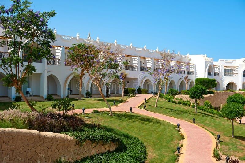 Sharm el-Sheikh Egipt, Kwiecień, - 15, 2018 Podwórza wspaniały biały hotel na letnim dniu Pojęcie obraz stock