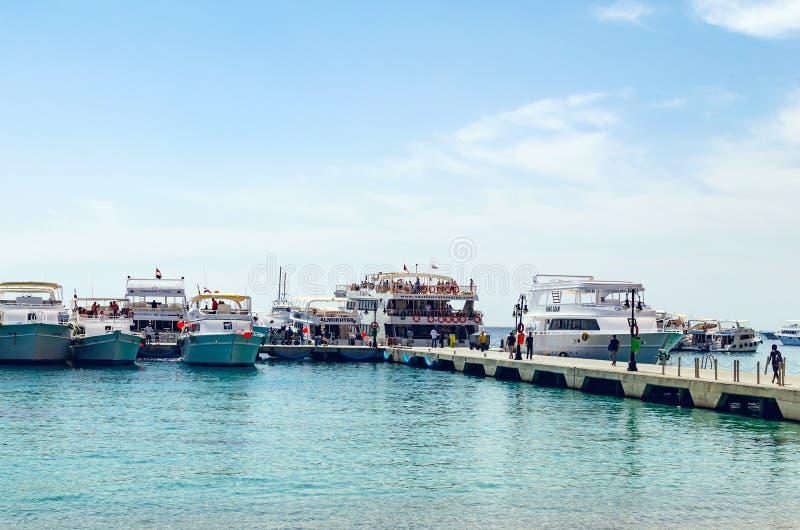Sharm El Sheikh, Egipt Maj 08, 2019: Turystyczne przyjemności łodzie w schronieniu sharm el sheikh, wsiada turystów na dennym nac fotografia royalty free