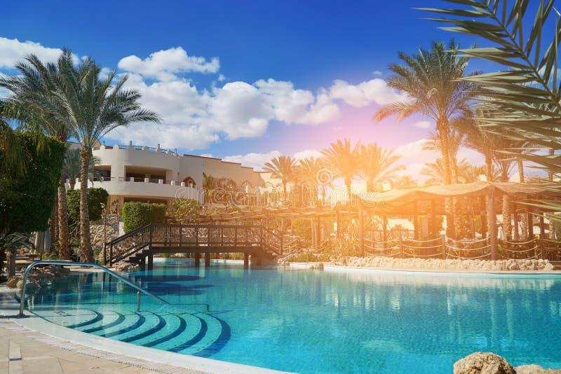 Sharm el Sheikh, Egipto - 9 de febrero de 2019: De cinco estrellas Grand Hotel con las palmas y la piscina en verano fotografía de archivo libre de regalías