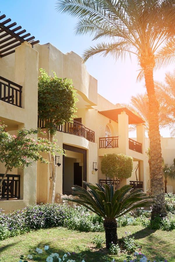 Sharm el Sheikh, Egipto - 9 de febrero de 2019: De cinco estrellas Grand Hotel con las palmas y el territorio bien arreglado east fotos de archivo libres de regalías
