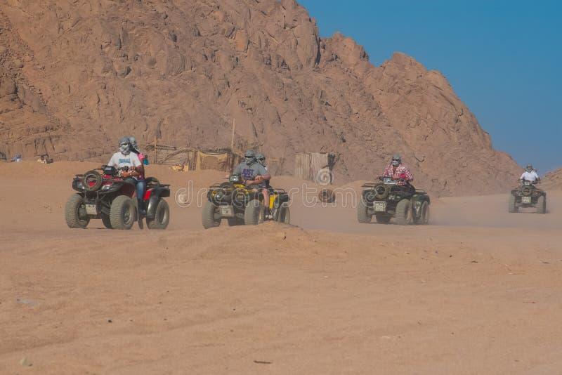 SHARM EL SHEIKH, EGIPTO - 9 DE JULHO DE 2009 Safari no deserto imagem de stock