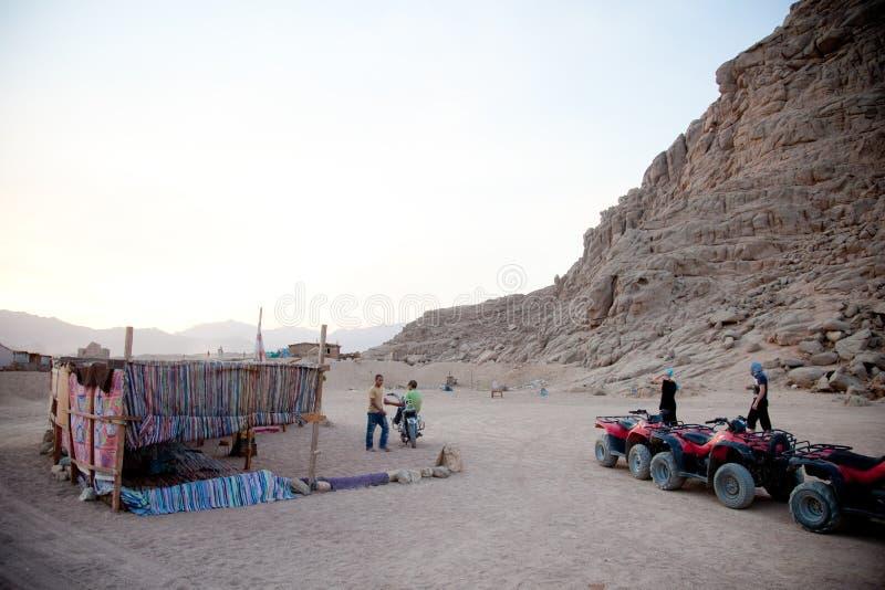 SHARM EL-SHEIKH, EGIPTO - 7 DE OCTUBRE DE 2009: Muchacho árabe en la moto en desierto imagenes de archivo