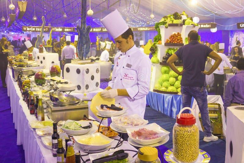 Sharm el Sheikh, Egito - 31 de dezembro de 2018: Posição egípcia do cozinheiro no restaurante do hotel imagens de stock royalty free