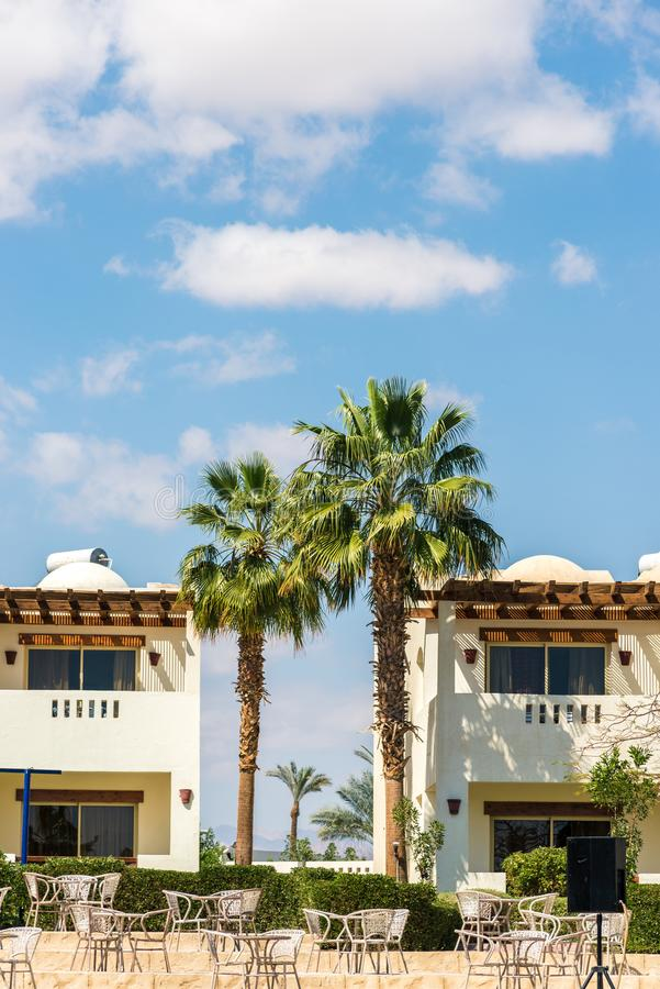 Sharm el-Sheikh, Egito, 02/25/2019 O interior do hotel, casas da dois-hist?ria entre as palmeiras foto de stock royalty free