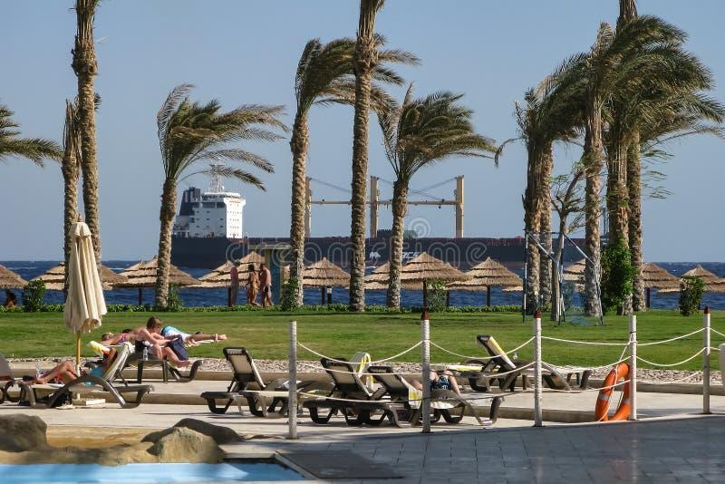Sharm el-Sheikh, Egitto, il 27 novembre 2017, nave dell'oceano che passa dalla spiaggia dell'hotel immagini stock libere da diritti