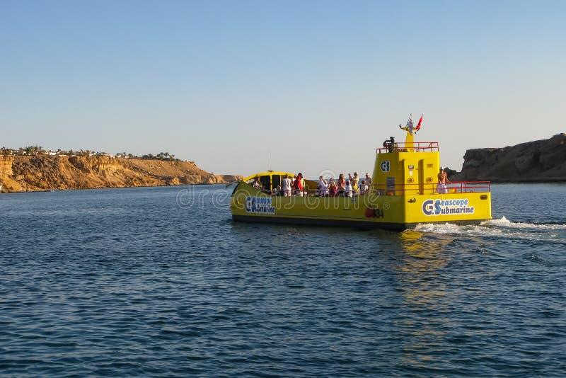 Sharm el-Sheikh, Egitto, il 27 novembre 2017 turisti sulla barca di escursione con un fondo trasparente andare esplorare le barri fotografia stock
