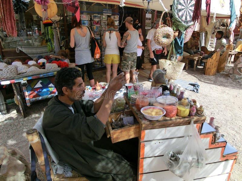 Sharm el-Sheikh, Egitto - 14 marzo 2012: Negozio di ricordo nel deserto di Sinai sul modo a dahab fotografia stock libera da diritti