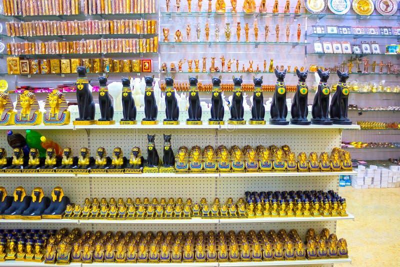 Sharm el Sheikh, Egypte - 13 avril 2017 : Chats et statuette d'albâtre dans la boutique de souvenirs égyptienne photo libre de droits