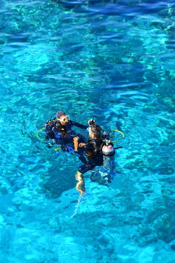 Sharm el Sheikh, Egypte, le 6 février 2019 - les beaux plongeurs à la Mer Rouge disposent à plonger image stock
