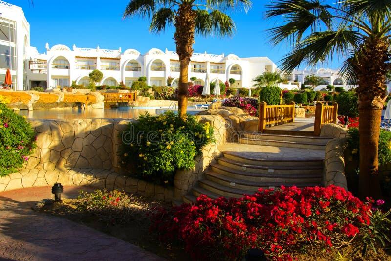 Sharm el-Sheikh, Egypte - Maart 14, 2018 De binnenplaatsen van een prachtig wit hotel op een de zomerdag royalty-vrije stock afbeelding
