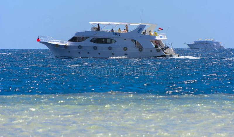 Sharm el-Sheikh, Egypte - 14 mars 2018 Yacht blanc comme neige luxueux de moteur en Mer Rouge contre le ciel bleu images stock